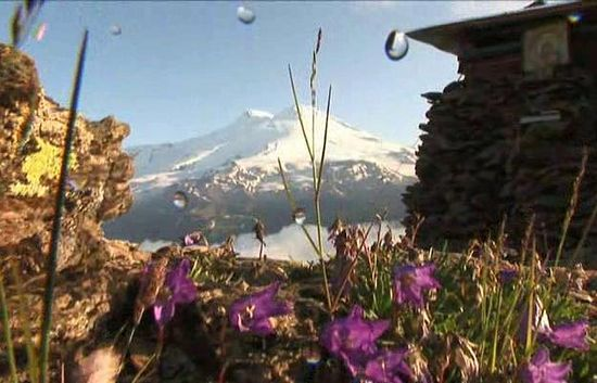 Вид на Эльбрус от часовни на вершине Чегета, воздвигнутой матушкой Екатериной, вдовой убиенного иерея Игоря Розина