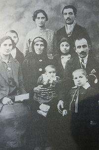 Димитрий и Ева в окружении родственников