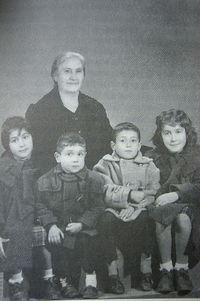 Ева с внуками