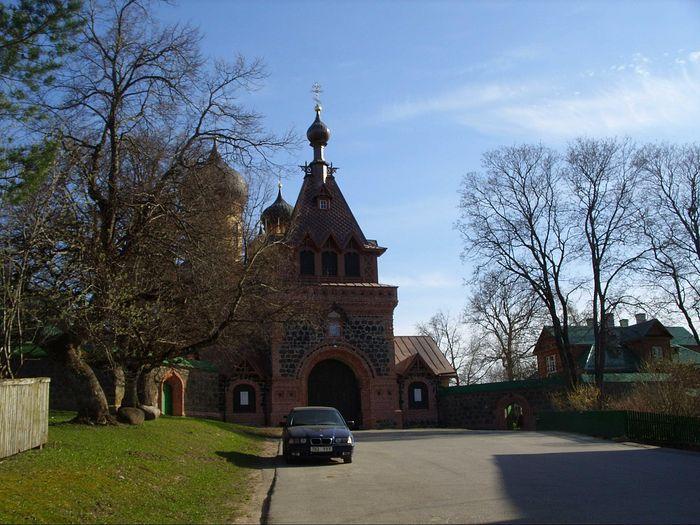 Центральный вход в монастырь. Фото: С.Мудров / Православие.Ru