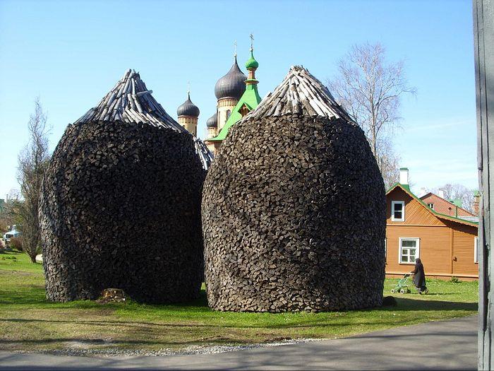 Пюхтицкие поленницы. Фото: С.Мудров / Православие.Ru