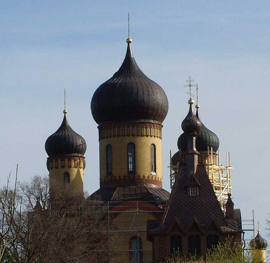 Купола Успенского собора монастыря.