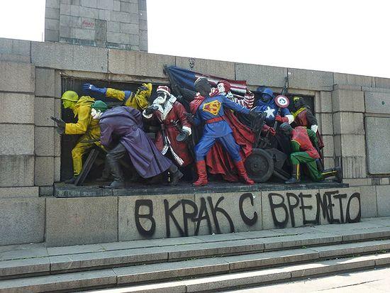 Оскверненный памятник Советской армии в Софии