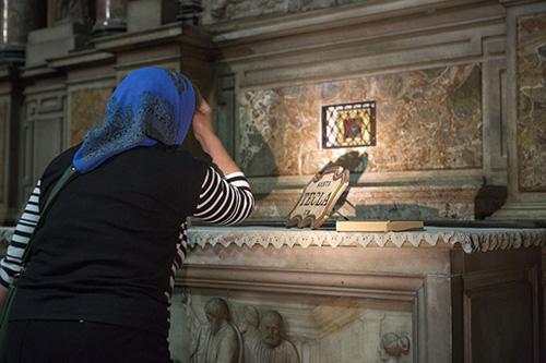 У мощей ученицы апостола Павла молятся прихожане русского храма в честь святителя Амвросия Медиоланского.