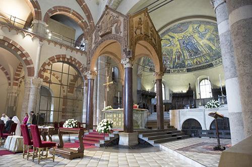 Главный престол базилики Сан-Амброджо выполнен из золота в IX в. Спереди он покрыт евангельскими сценами , а сзади сценами из жития свт. Амвросия. Милан сохранил особый чин литургии, восходящий к редакции более ранних служб, препринятой святым. Святитель Амвросий также является родоначальником особого амвросианского распева.