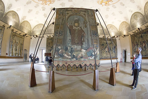 В музее Замка Сфорца (piazza Castello) находится миланский городской штандарт 1565 г. с изображением святителя и сцен из его жития.
