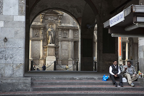 """На построенном в 1561 г. Дворце юристконсультов возле старого городского рынка (piazza Mercanti), святитель Амвросий, сам бывший юрист и """"мэр"""" Милана, изображен не в святительских одеждах, а в римской тоге. Но с благословляющей десницей."""