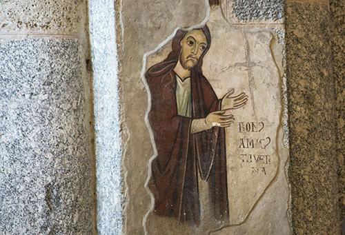 Базилика была богато украшена романскими фресками. Сегодня от них остались лишь фрагменты.
