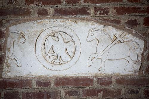 Древние изображения в интерьере.