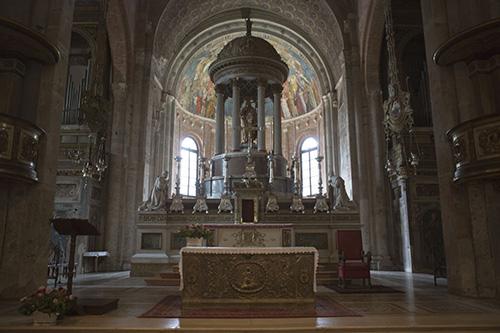 Мощи святого хранятся в ротонде за главным престолом.
