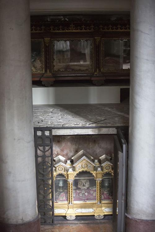 Тело святого Симплициана сохранилось полностью. Под его ракой находится ковчег с мощами мучеников Мартирия, Сисиния и Александра. Часть их мощей была после их смерти отослана в Константинополь святителю Иоанну Златоусту, а часть осталась в Милане.