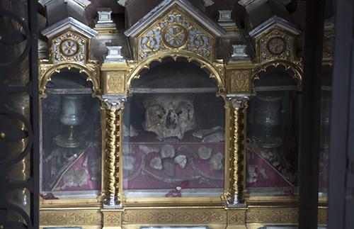 Выходцы из Каппадокии, мученики Сизиний, Мартирий и Александр были посланы на проповедь свт. Амвросием в помощь Вигилию, епископу Тренто и казнены язычниками, которые не хотели принимать Слово Божие.