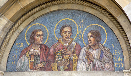 Мозаика с изображением святых мучеников на фасаде Сан-Симпличиано.