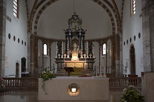 Мощи св. Назария находятся в главном престоле.