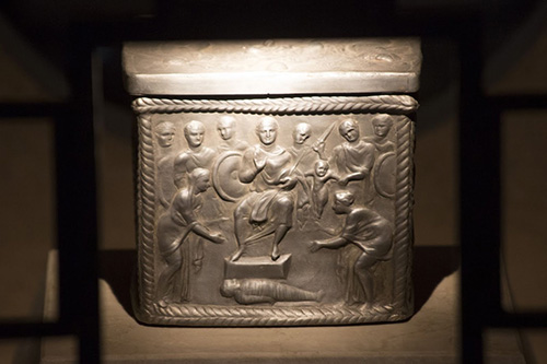 А в новый престол, обращенный к народу, помещен ковчег с мощами апостолов. Из-за этой святыни базилику называли апостольской. В базилике находится копия ковчега IV в., а подлинник в епархиальном музее.