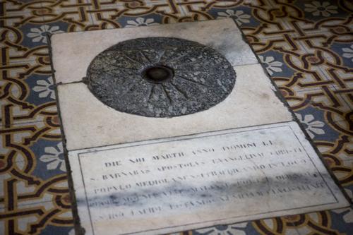 Камень, ставший подножием креста, сохранился. При свт. Амвросии он находился в базилике св. Дионисия. В XVIII в. она была разрушена, а камень перемещен в церковь Санта Мария дель Парадизо.