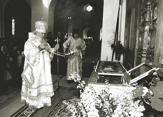 Святейший Патриарх Алексий II у раки с мощами. 2002 г.