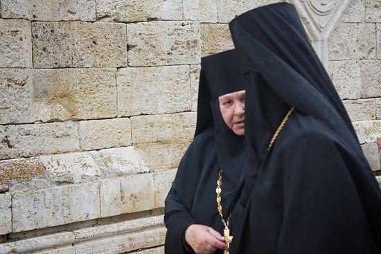 Игуменья Свято-Троицкого Серафимовского монастыря матушка Антония с гостьей