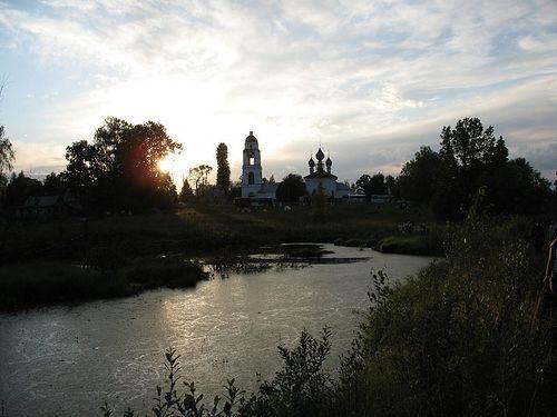 Конечная точка первого дня пути. Павлово село на закате солнца. Фотография Антона Поспелова