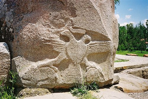 Хеттский двуглавый орел, изображенный на воротах царской столицы Хаттусы (13 в. до РХ).