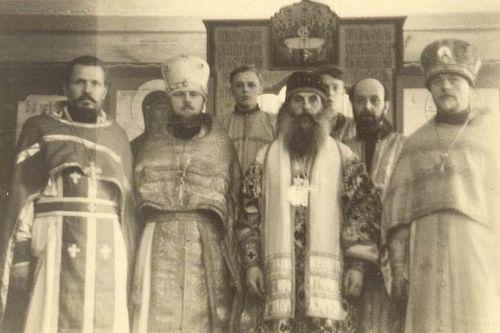 Слева направо: протоиерей Матфей Андрущенко, протоиерей Валент Роменский, епископ Кассиан (Безобразов), диакон Пётр Черкасов и протоиерей Иоанн Бекиш. Льеж, 1947 год.