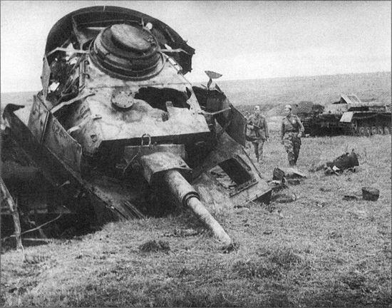 Советские бойцы рассматривают уничтоженный на Курской дуге немецкий танк Pz.Kpfw. IV Ausf. H