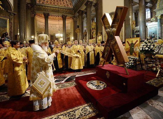 Святейший Патриарх Московский и всея Руси Кирилл перед Крестом святого апостола Андрея Первозванного