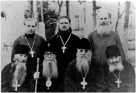 Внизу слева направо: архимандрит Модест (Гамов), митрополит Зиновий (Мажуга), схиархимандрит Серафим (Романцов), схиигумен Андроник (Лукаш)
