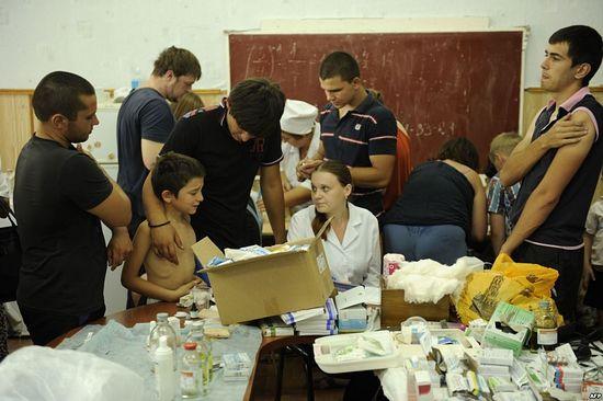 Раздача гуманитарной помощи в Крымске. Фото: AFP