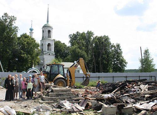 Отец Василий с семьей на развалинах дома