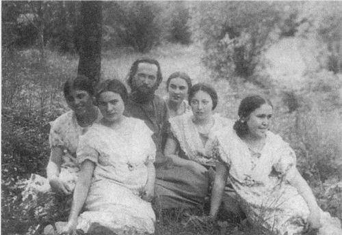Отец Василий Надеждин в прихожанками. Маша в центре, а левее - ее сестра Надежда
