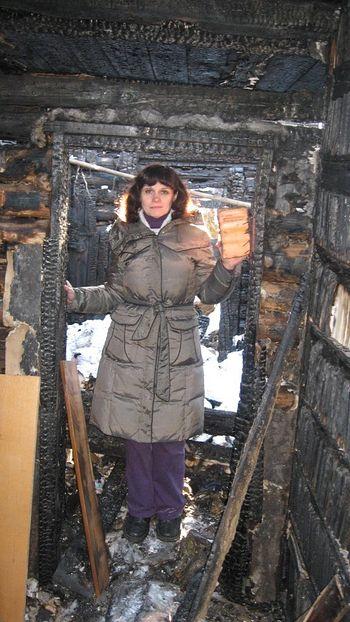Ирина Ахундова на пороге сгоревшего дома