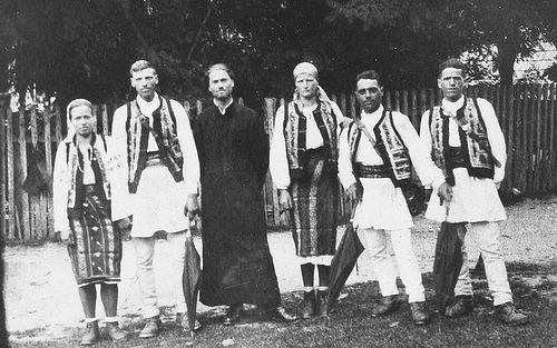 Отец Иустин по возвращении с фронта со своими братьями и сестрами, ок. 1945 г.