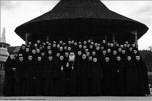 Отец Иустин (Пырву) с монахинями монастыря Палтин