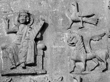 Все уцелевшие храмы Владимирской Руси украшены барельефами Давида с псалтирью