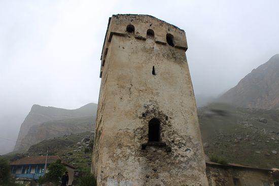 Подобные этой древние башни во множество сохранились по другую сторону Главного Кавказского хребта - в православной Сванетии