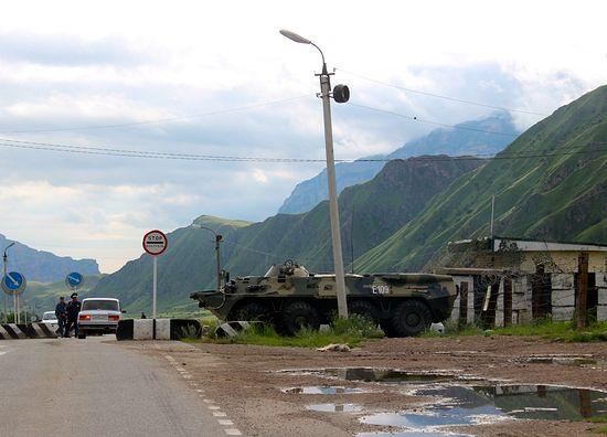 Блок-пост на въезде в Тырныауз, - настоящий, боевой