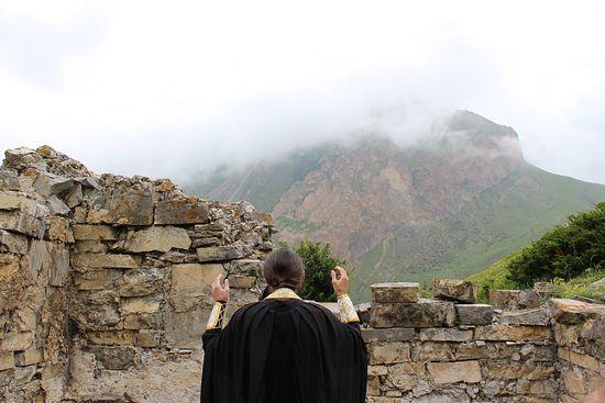 В алтаре сохранился каменный престол и жертвенник