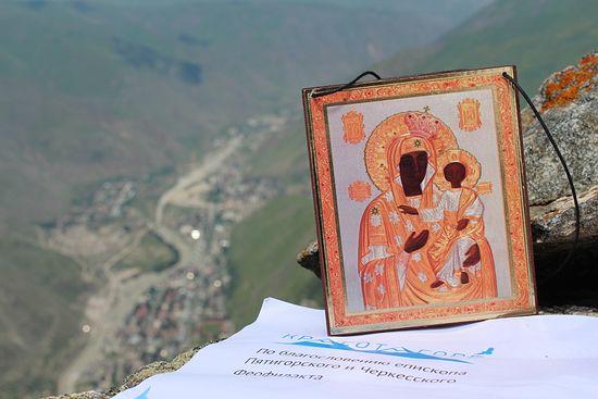 Вершина Тотура. Моздокская икона Божией Матери. Внизу виден Тырныауз
