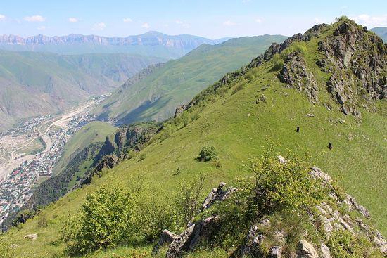 Мы с Сашей выходим на перевал между ущельями