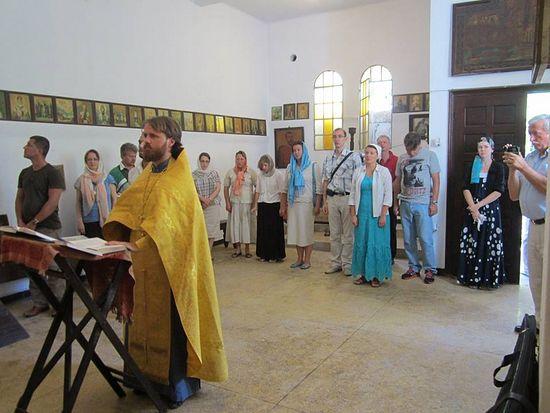О. Максим Массалитин служит первый после возвращения храма молебен.