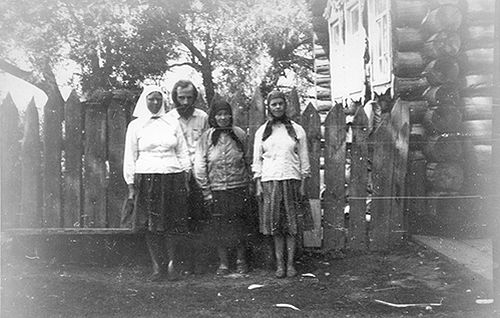 Бабинские «хористки» Настя, Аксинья, Мария и Павел. С. Бабино Нижегородской обл., 1979. Фото автора.