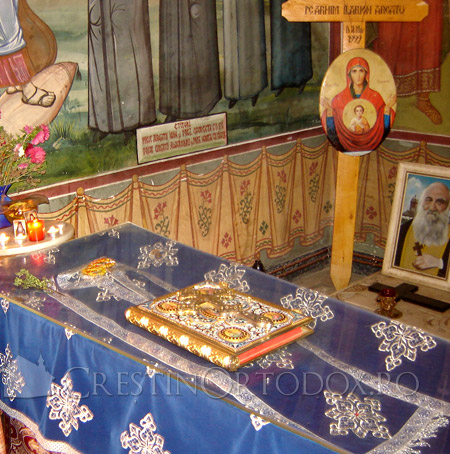 Ковчег с мощами архимандрита Илариона (Аргату)