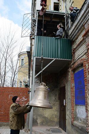 Подъем колокола на временную звонницу храма Марии Магдалины