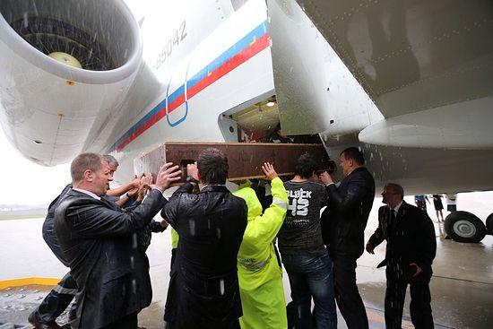 Погрузка киота с Крестом в самолет. Минский аэропорт