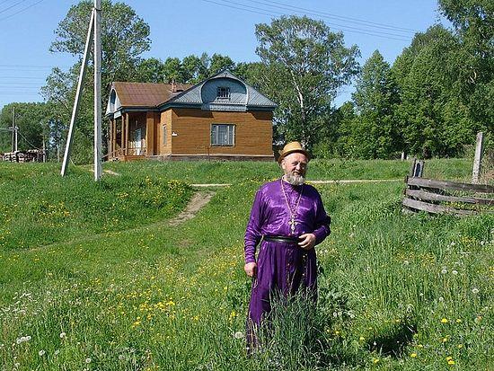 Игумен Виссарион рядом с храмом во имя преподобного Макария Унженского, с. Сеготь. 2007 г.