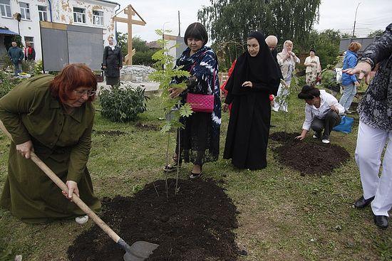 Посадка восьми деревьев по количеству казненных на территории женского Елизаветинского монастыря рядом с Напольной школой