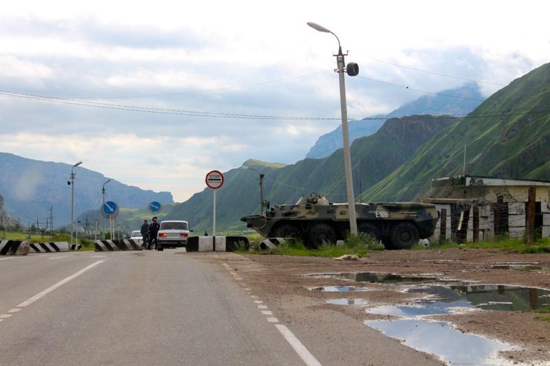 Блок-пост на въезде в Тырныауз . Силуэт БТР на шоссе означает, что вы на месте – добро пожаловать в Тырныауз!