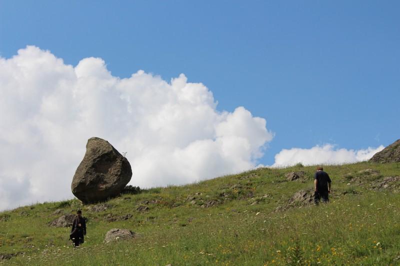 Плато над Тырныаузом. Здесь находятся остатки древнего поселения