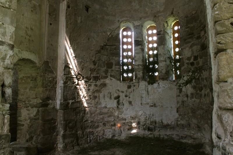 Алтарь Свято-Троицкого храма . В алтаре горит зажженная кем-то свечка